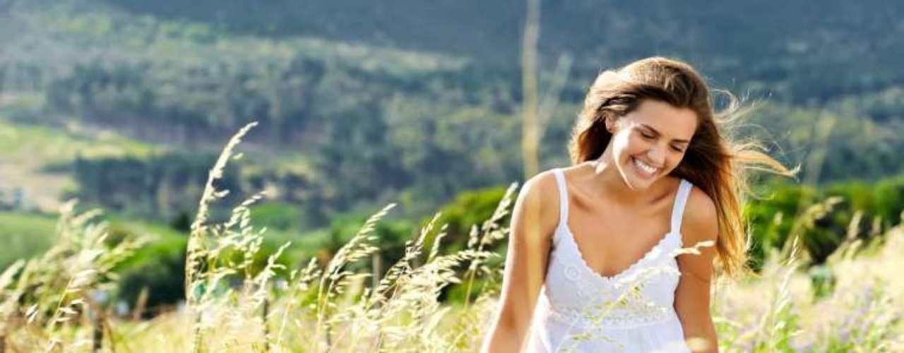 3. Alivia o estresse: muitas mulheres afirmam que se sentem profundamente relaxadas depois de atingir o clímax, o que em parte pode ser atribuído aos hormônios que trazem a sensação de bem-estar. \