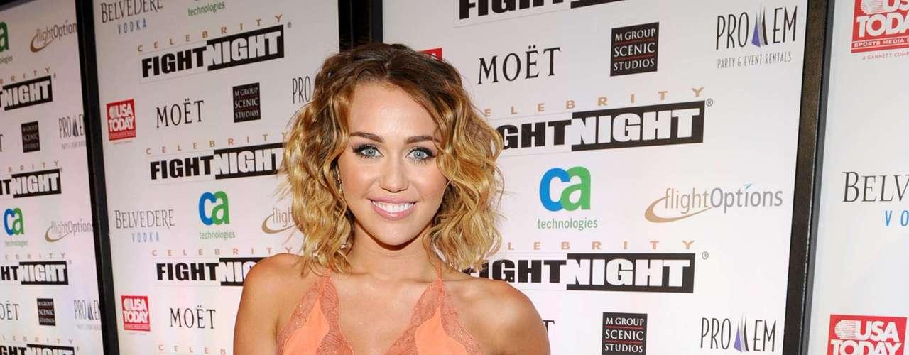 A cantora e atriz americana Miley Cyrus também aderiu à moda com um vestido mullet coral
