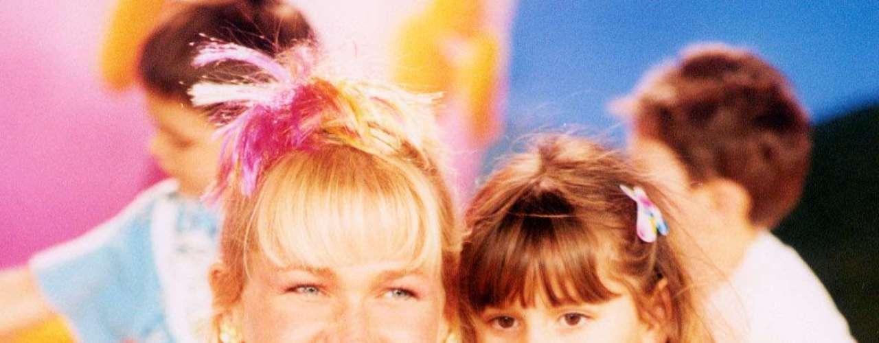 """Cerca de uma década depois, Xuxa já começa a mudar um pouco o estilo, mas ainda seguindo a linha infantil. """"Está lindo o mix de estampas, bem adequado ao programa"""", afirma Bia"""