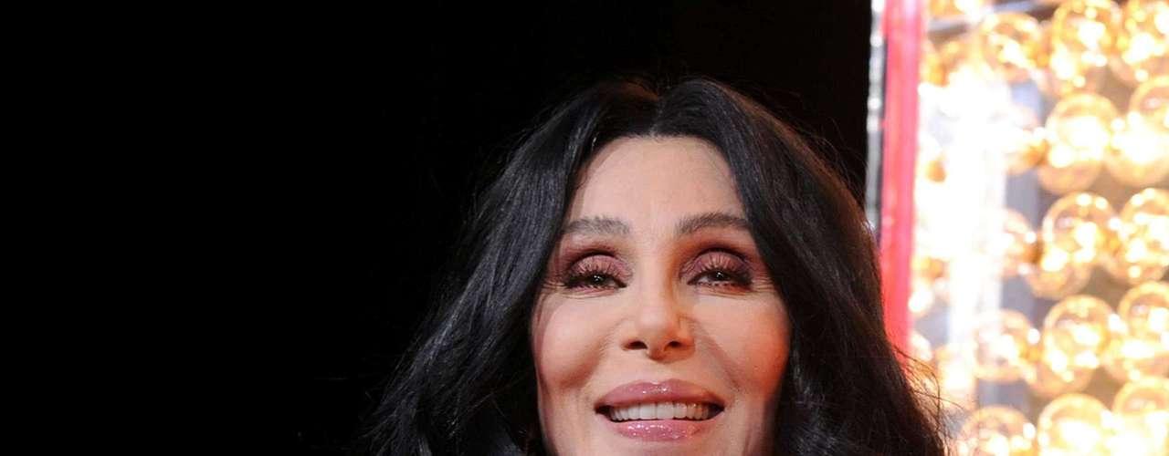 Para ficar com as mãos bonitas, cantora Cher já fez pelo menos 34 tratamentos específicos na região