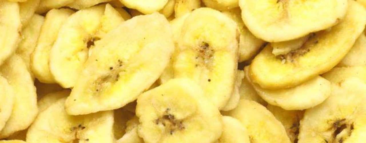 Banana frita e com açúcar: elas parecem bastante saudáveis, mas têm 519 calorias para cada 100g. Este não é o tipo ideal de banana a ser ingerida. Com cerca de 131 calorias e praticamente nenhuma gordura, na sua versão natural, está fruta é rica em cálcio