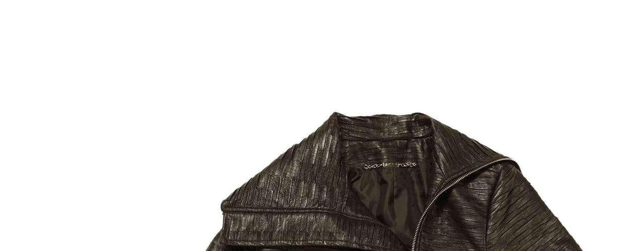 Jaqueta de couro plissada Sacada, R$419,00. Serviço: www.sacada.com