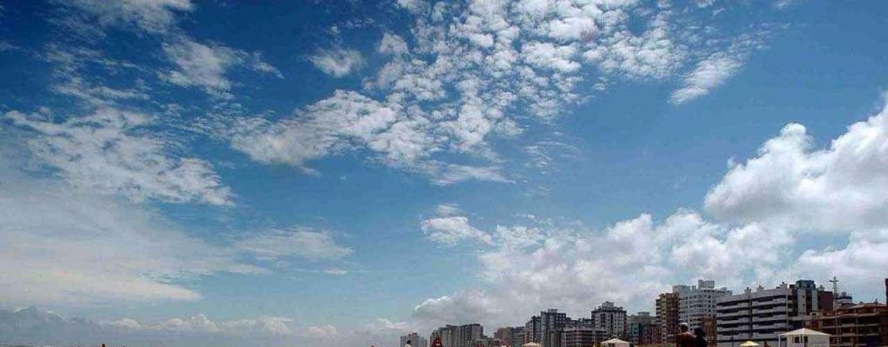 18) Capão da Canoa, RS: a cerca de 130 km de Porto Alegre, a praia de Capão da Canoa recebe numerosos turistas locais e estrangeiros. Nos dias de mais calor, a praia do município que leva o mesmo nome é uma das que mais lotam em todo o Rio Grande do Sul