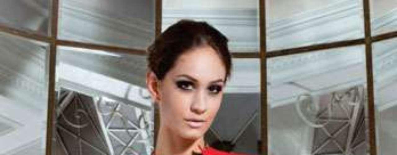 Jaqueta de couro vermelha Adriana Degreas, R$2900,00. Serviço: www.adrianadegreas.com.br