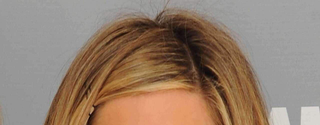 A atriz, diretora e produtora Jennifer Aniston é conhecida não só por seu talento, mas também por sua vaidade que já a levou a gastar muitas cifras com tratamentos de beleza. Para deixar o rosto jovial, Jennifer, de 43 anos, tem sempre à mão um desintoxicante facial.
