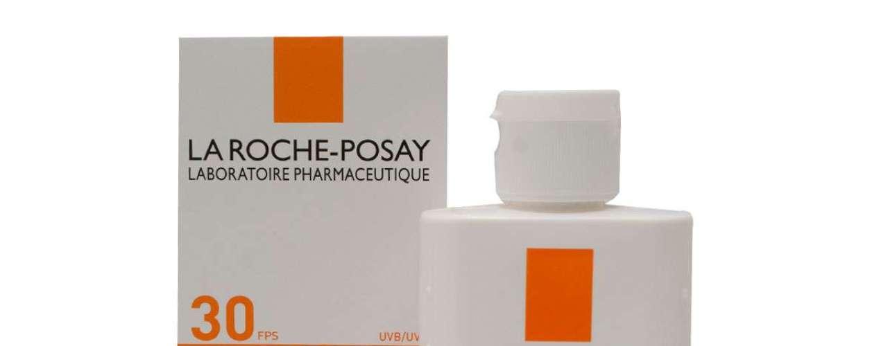 Para proteger rosto e colo do sol do Rio de Janeiro, Carolina Dieckmann usa protetor solar La Roche-Posay, fator 30. O produto é vendido por R$ 70.