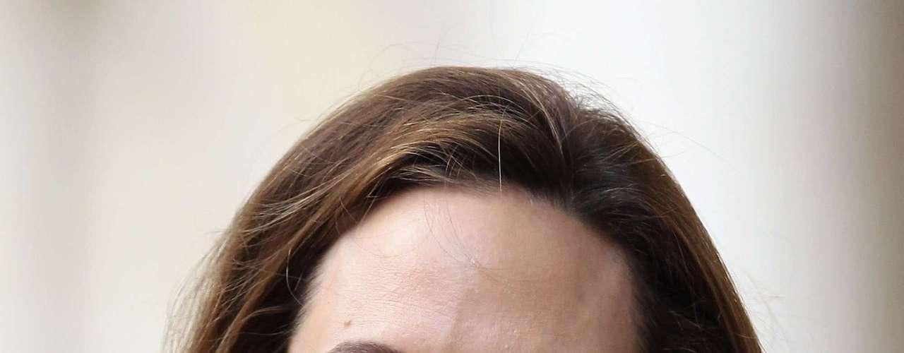 Angelina Jolie, esposa de Brad Pitt, sempre tem por perto um potinho de Optimale, anti-idade da marca francesa Visoanska.