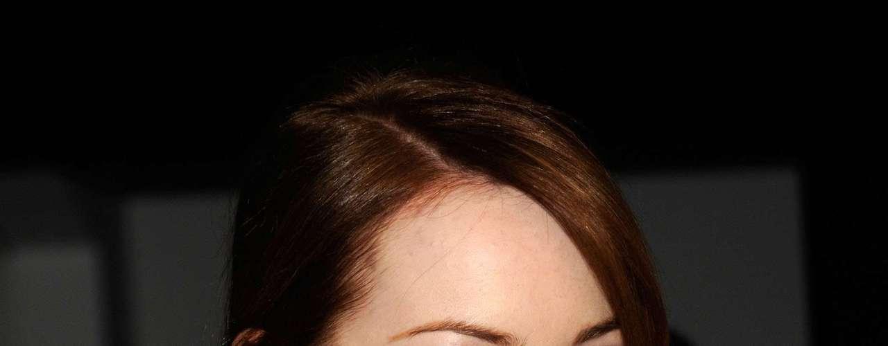 Segundo a People style, o segredo dos cabelos de Emma Stone um mousse aplicado na raiz dos cabelos que dá mais volume e textura aos fios.