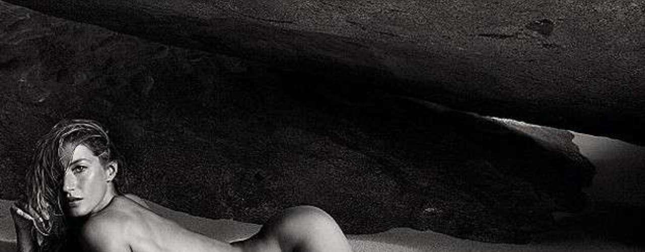A top brasileira Gisele Bündchen estampa o recheio e a capa da nova edição da Vogue Paris. Algumas imagens do ensaio já tinham sido divulgada, mas agora a revista apresentou novas imagens com a modelo completamente nua