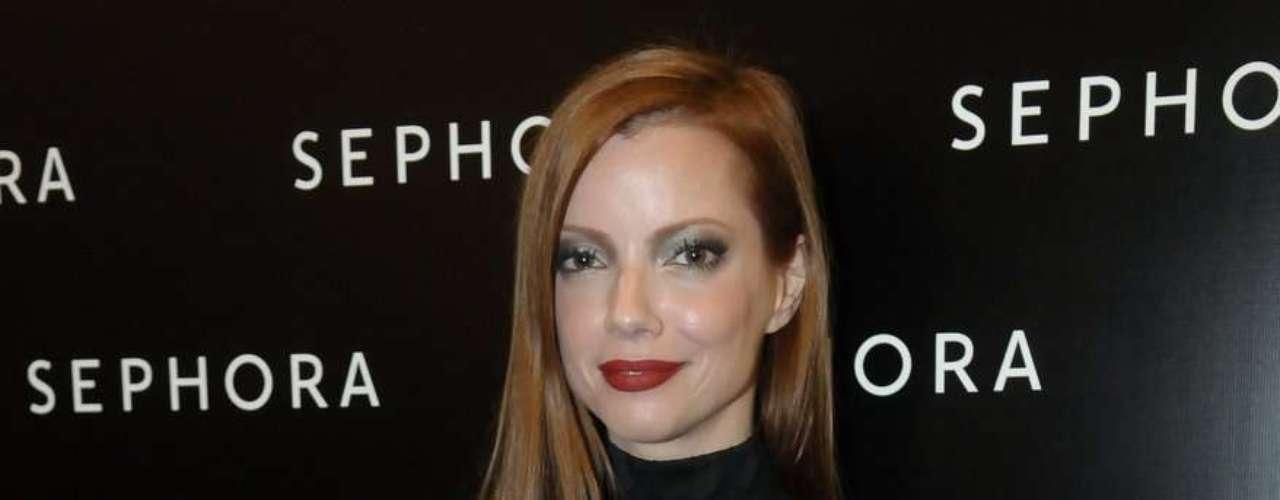 A apresentadora Julia Petit posa para foto na inaguração da Sephora no shopping JK, em São Paulo, na quinta-feira (12)