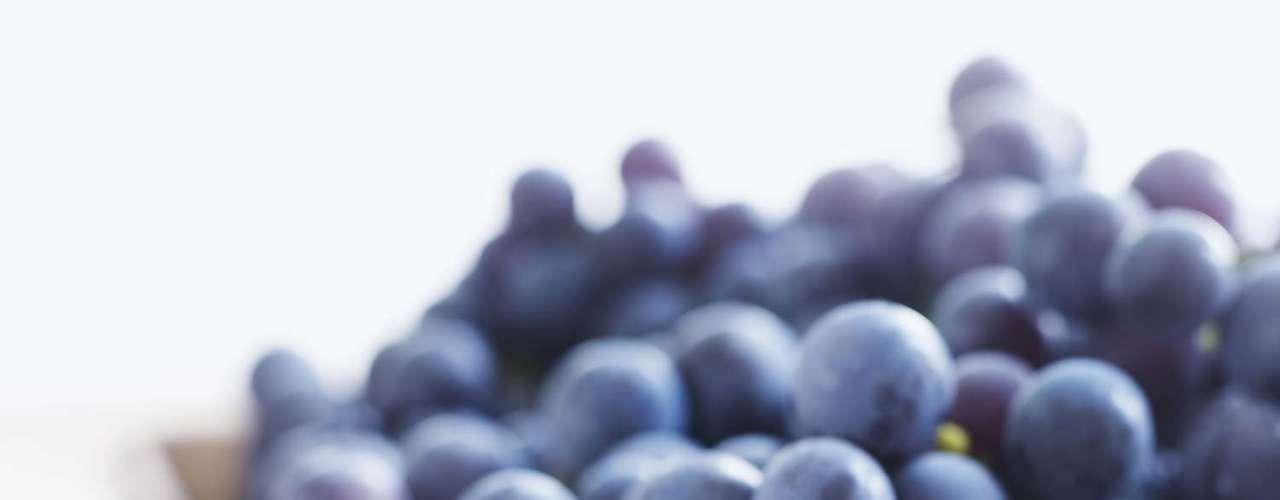 11. Uva: seu status de superfruta é graças a um poderoso antioxidante chamado resveratrol, que garante um coração mais saudável. Segundo pesquisadores, os compostos encontrados nessa fruta ainda podem ajudar a retardar os sintomas do Alzheimer. E não para por aí já que a uva também auxilia no clareamento dos dentes. \