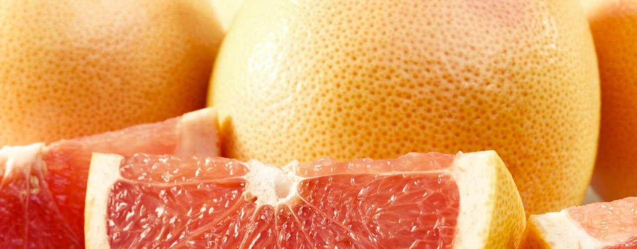 12. Toranja: essa fruta é ótima para seu coração e seu peso. Segundo estudos, consumir uma toranja por dia, especialmente a variedade rubi, pode ajudar a mantê-lo livre de doenças cardíacas graças à diminuição do colesterol. Quanto mais vermelha for a fruta, melhor, pois isso é um indicativo da presença de antioxidantes