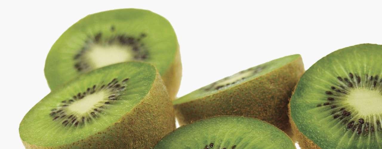 13. Kiwi: se tem problemas digestivos, o kiwi é a superfruta certa para você. Em um estudo com 41 pessoas que tinham síndrome do intestino irritável, os participantes que consumiram dois kiwis por dia durante seis semanas observaram uma redução dos sintomas em comparação aos demais. Isso acontece por que essa fruta, especialmente sua pele, é rica em fibras e carboidratos complexos