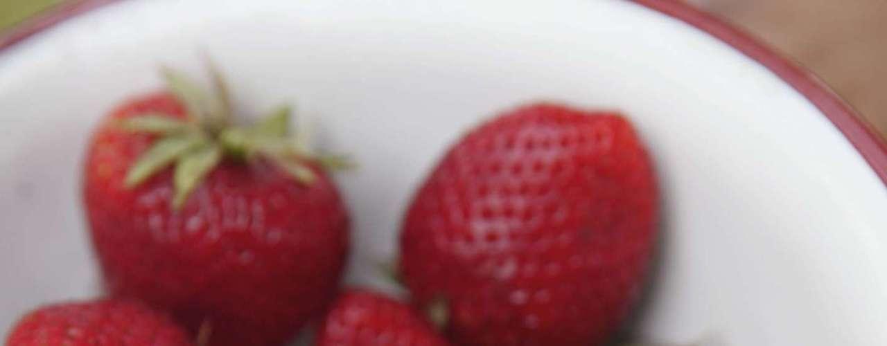17. Morango: essa fruta contém grande concentração de vitamina C. Com apenas um copo de morango é possível alcançar a recomendação de ingestão diária desse nutriente. Ele também é uma excelente fonte de ácido fólico, que pode ajudar a proteger seu coração. E ainda é capaz de branquear os dentes! Esmague um morango até formar uma pasta, em seguida, misture com bicarbonato de sódio. Espalhe o produto em seus dentes e deixe por 5 minutos. Reaplique uma vez por semana
