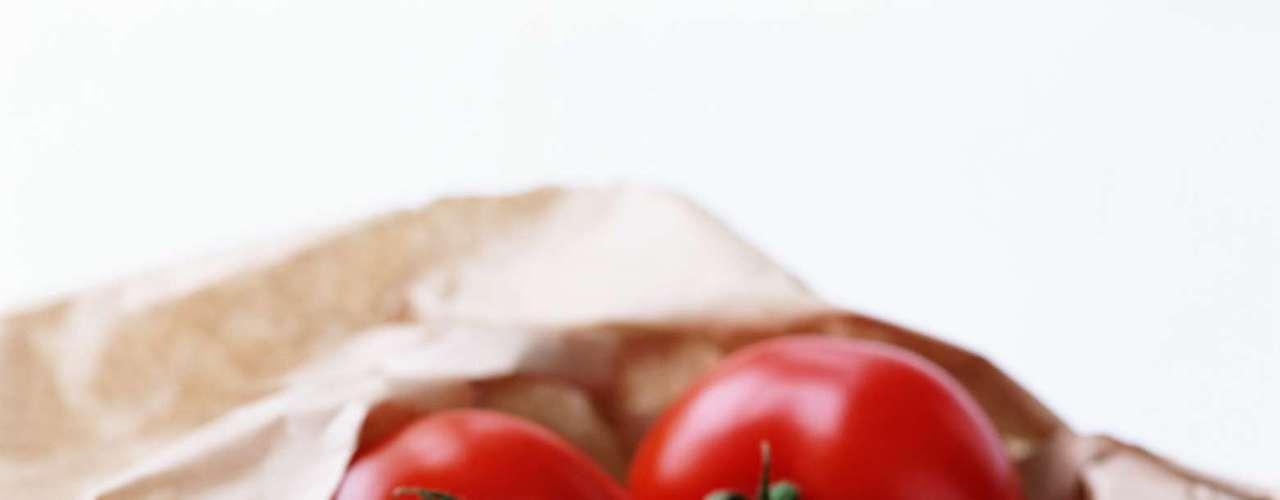 19. Tomate: o tomate praticamente encabeça a lista de superfrutas (embora algumas pessoas ainda pensem que é um vegetal). Ele é repleto de um antioxidante chamado licopeno, que é raramente encontrado em outros alimentos, e eles são ricos em vitamina C, potássio, fibras e ainda possui poucas calorias