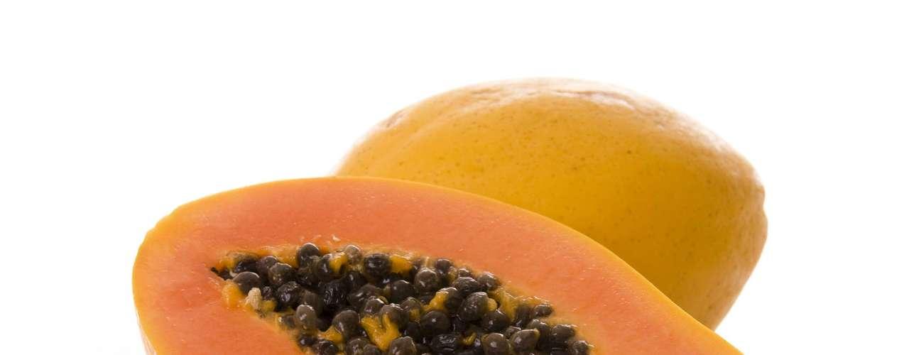 20. Papaya: essa fruta é rica em vitamina C e ajuda a prevenir resfriados. Além disso, o mamão também é uma boa fonte de vitaminas A e E, dois poderosos antioxidantes que podem ajudar a proteger contra doenças cardíacas e câncer de cólon