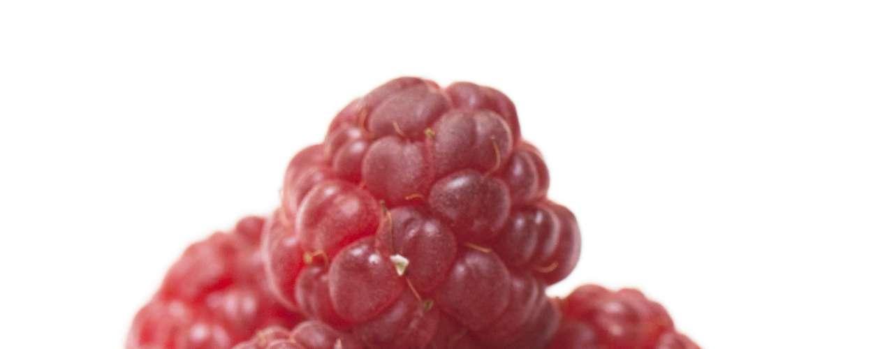 21. Framboesa: essa fruta é uma poderosa fonte de fibras, apenas meio copo dela já possui quatro gramas do nutriente. Essa porção também é capaz de garantir 25% da ingestão diária recomendada de vitamina C e uma dose extra de manganês
