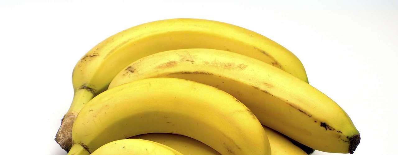 3. Banana: sempre que faz um lanche já fica com fome 20 minutos depois? Da próxima vez, opte por comer uma banana. Essa fruta é rica em potássio, o que pode diminuir sua pressão arterial, e é uma das melhores fontes de amido resistente, um carboidrato saudável que vai saciá-lo e ajudar a acelerar seu metabolismo