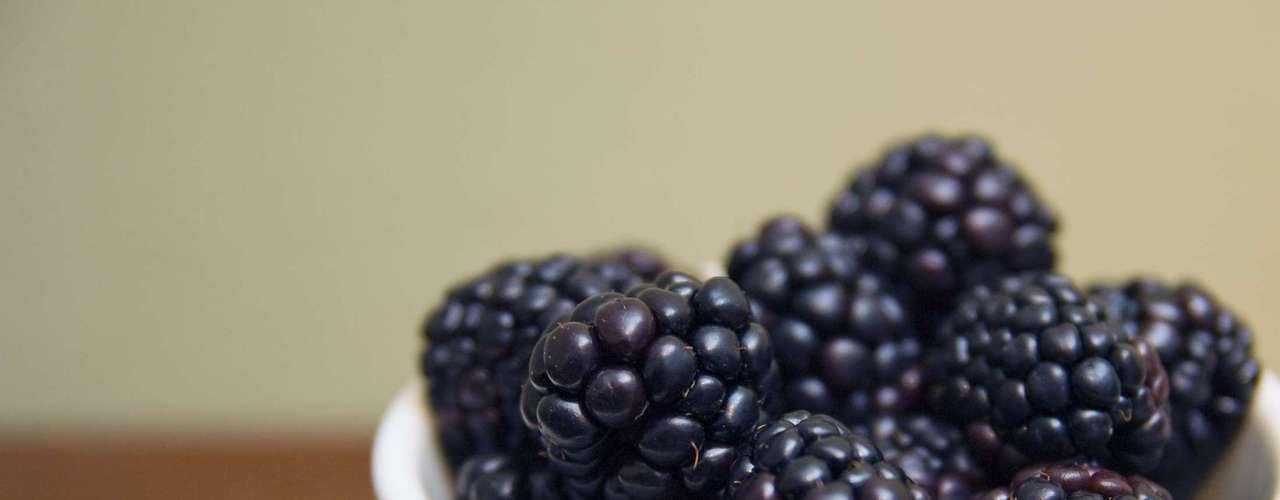 4. Amora: essa saborosa fruta está classificada entre as top 10 quando o assunto é a concentração de antioxidantes. A amora é rica especificamente em polifenóis, antioxidantes da mesma família dos encontrados no chá verde, que pode ajudar a prevenir doenças cardiovasculares, câncer e osteoporose. Ela também é o número um para a fibra: um copo já fornece um terço de sua meta diária de 25 a 35 gramas