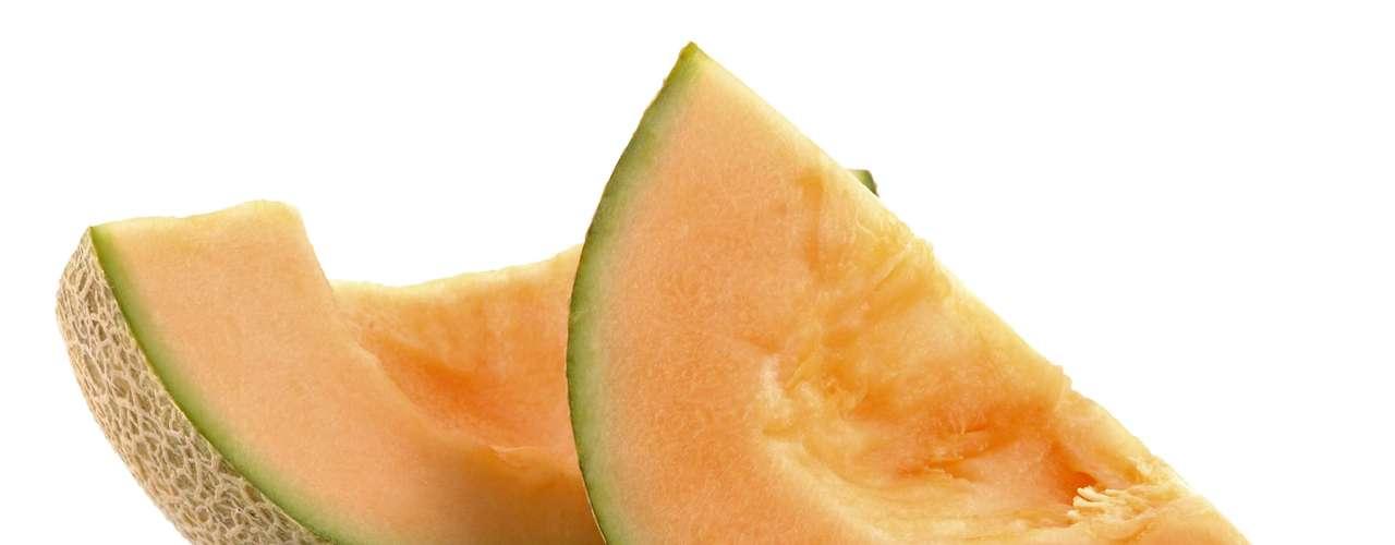 6. Melão: considere essa fruta uma arma para manter a pele lisa e jovem por mais tempo. O melão recebe o status de superfruta graças à sua concentração de vitamina A e seus derivados, o que aumenta a reprodução celular, tornando-se um esfoliante natural, de acordo com Glassman