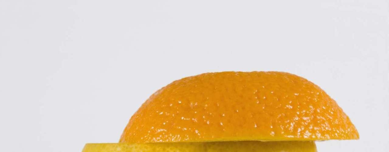 8. Frutas cítricas: do limão à tangerina, todas as frutas cítricas estão repletas de vitaminas C, fibras e pequenas quantidades de outros nutrientes e produtos químicos capazes de combater doenças. Segundo Glassman é justamente a vitamina C que os confere o título de superfrutas, pois ela contorna os efeitos danosos do sol, regula as glândulas de óleo e pode até mesmo evitar manchas da idade