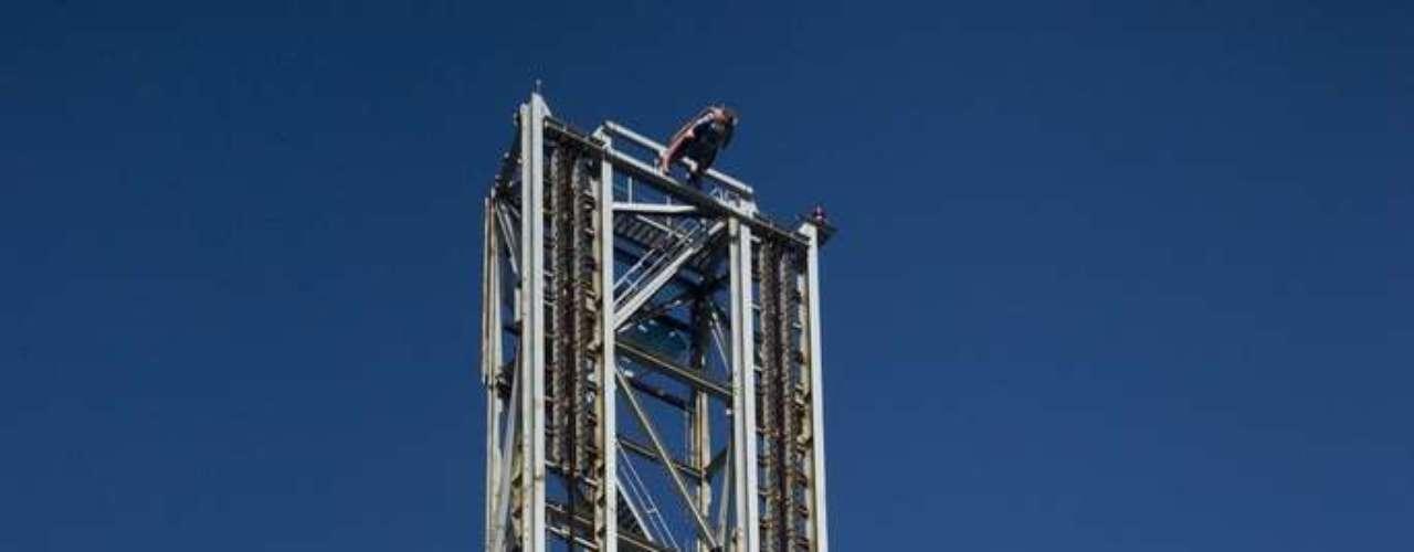 Superman: Escape from Krypton, Estados Unidos  - A meia-hora de Los Angeles, na cidade californiana de Valencia, fica um dos mais divertidos parques dos Estados Unidos, que conta com nada menos que dezessete montanhas-russas. Superman: Escape from Krypton é nome de uma das mais assustadoras. Similar à Tower of Torrer australiana, o brinquedo atinge uma velocidade de 160 km/h para chegar a uma altura de 126 metros