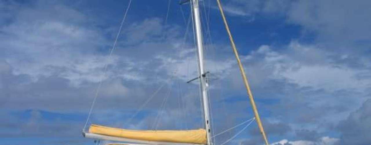 Tiko Tiko Cruises: a bordo do catamarã Tiko Tiko, o capitão francês Philippe realiza travessias e excursões para grupos de nudistas saindo de Saint Martin, ilha francesa do Caribe. O confortável barco tem capacidade para até 15 passageiros e oferece serviços de open bar e refeições em suas excursões de um dia em volta da ilha