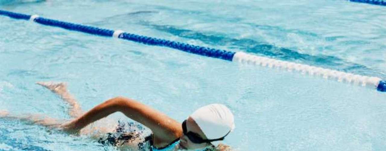Escolher o maiô e pular na água. Esta pode ser a melhor estratégia para se livrar daqueles quilinhos extras  afinal, são queimadas mais de 600 calorias em uma hora de natação. Se você quiser levar as piscinas a sério e ver resultados impressionantes em seu corpo, siga as orientações da medalhista olímpica americana Amanda Beard. As informações são do site Health.com