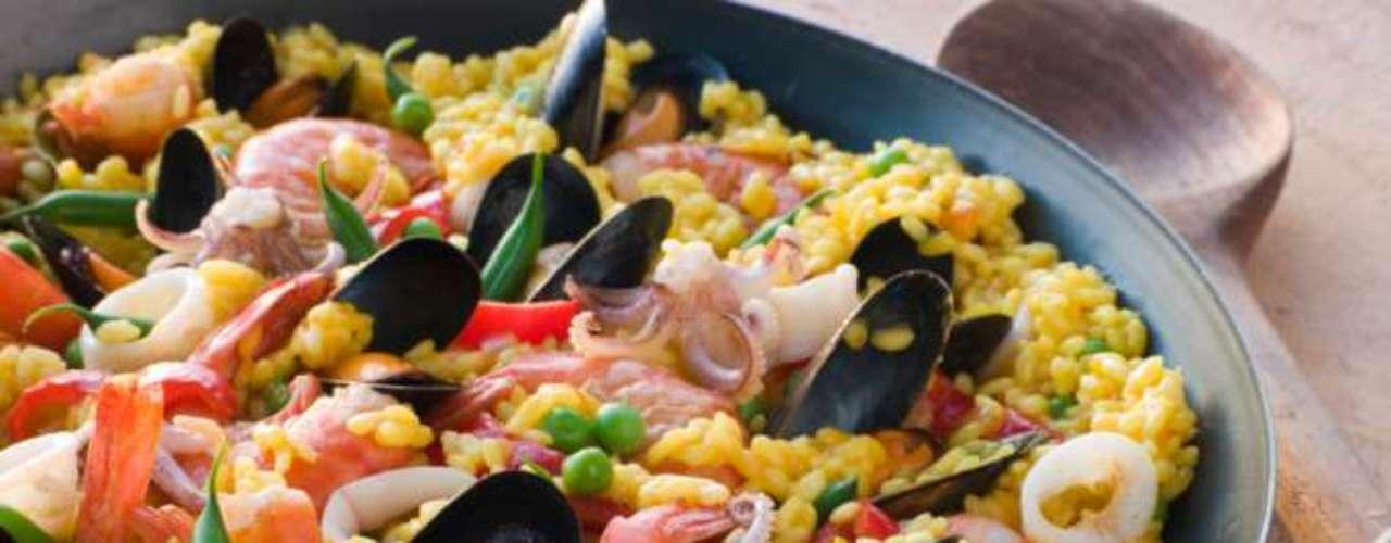 Bomba: o grão é curto e redondo e absorve parte da água durante o cozimento. Este arroz é um dos mais usados na paella, prato típico da Espanha