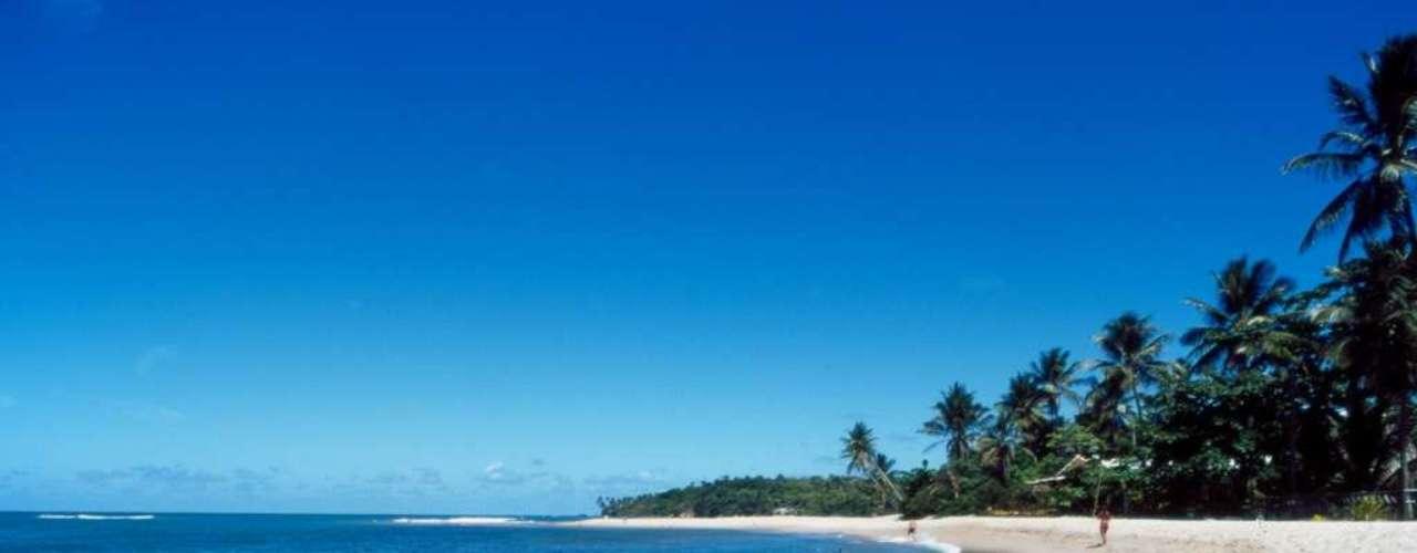 Ilha de Boipeba, BA: águas cristalinas e areias brancas com coqueirais, mata atlântica, dunas e piscinas naturais fazem parte das principais paisagens da ilha de Boipeba, ao sul de Salvador. A ilha faz parte do arquipélago de Tinharé, onde também está o popular destino turístico Morro de São Paulo