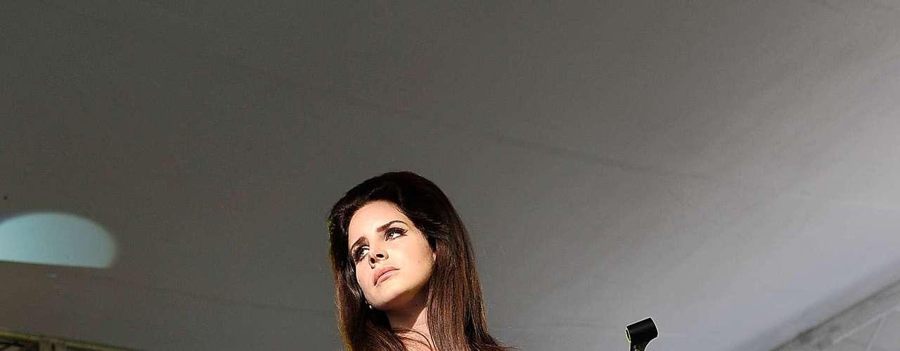 Lana Del Rey faz show em Londres com look total da Topshop, incluindo os scarpins cap toes