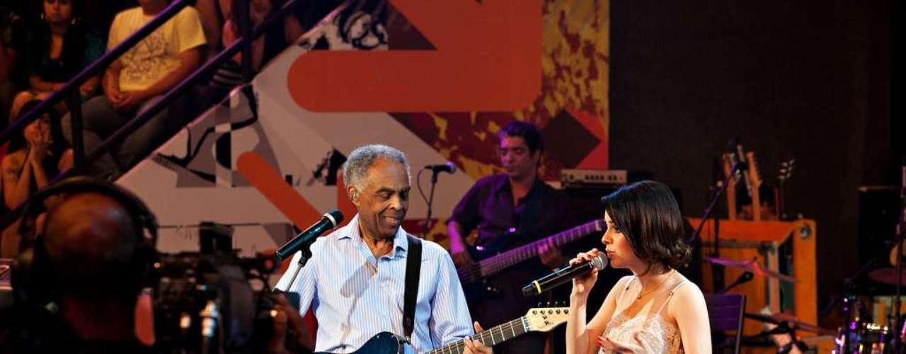 Durante a performance com Gilberto Gil ela apresentou um visual romântico repaginado. Cláudia acredita que esse seja o tipo de look que mais funciona para ela no placo. \