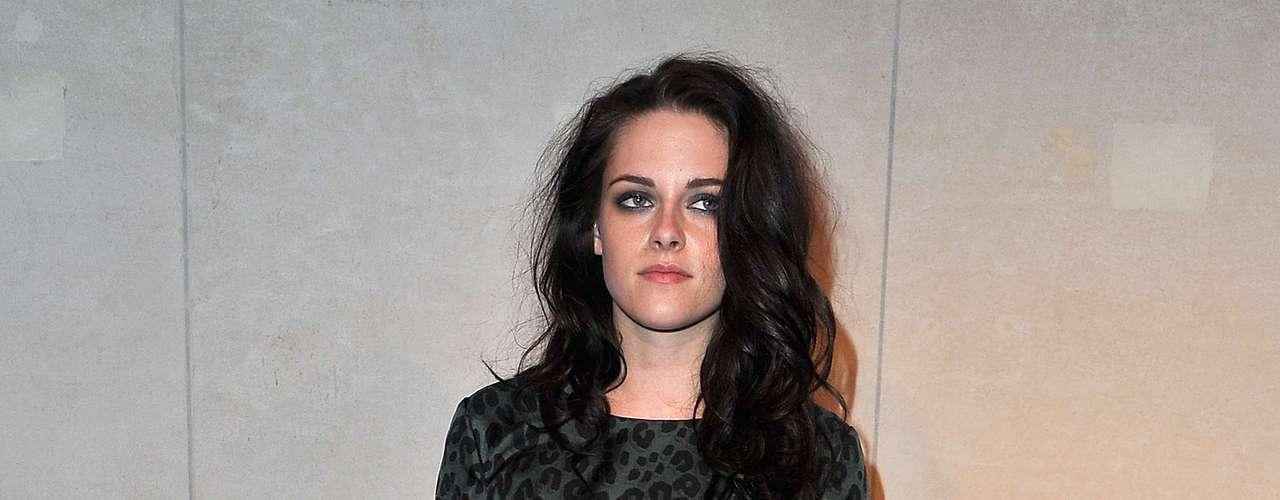 Kristen Stewart sofistica look com vestido justo e curto com cap toes de pontas prateadas