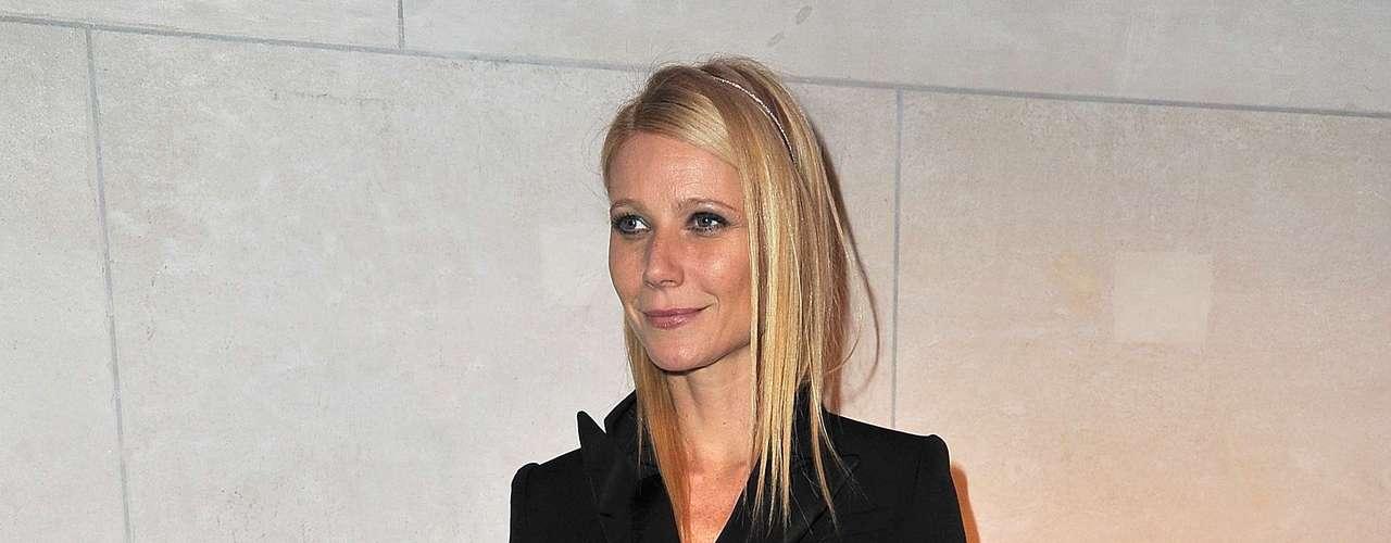 Gwyneth Paltrow mostra como detalhes luxuosos nos sapatos deixam look básico mais elegante