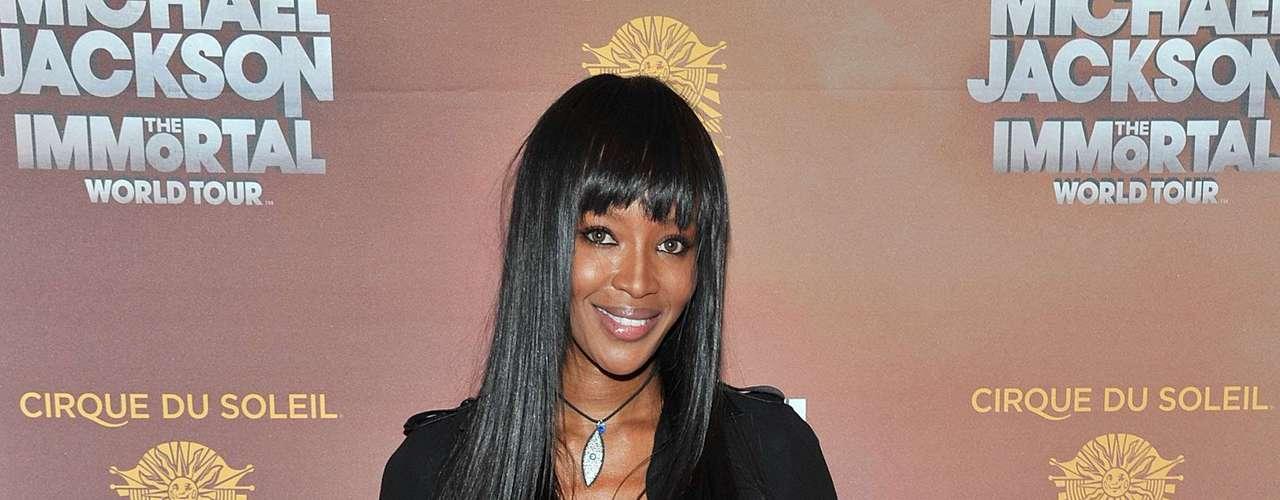 Naomi Campbell foi uma das famosas que aderiu ao cap toe, esse na versão plastificada de Christian Loubotin