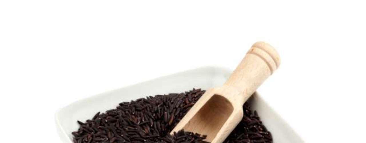 Preto: o paladar do brasileiro, adepto ao consumo de arroz branco ainda não está muito acostumado com arrozes de outras cores. O preto tem grão escuro, curto e arredondado, textura firme, sabor exótico e aroma diferenciado. Geralmente, está presente em receitas elaboradas, como risotos, peixes de sabor acentuado, frutos do mar e carnes de caça. O arroz preto possui proteínas e fibras. É rico em compostos antioxidantes, vitaminas E do complexo B
