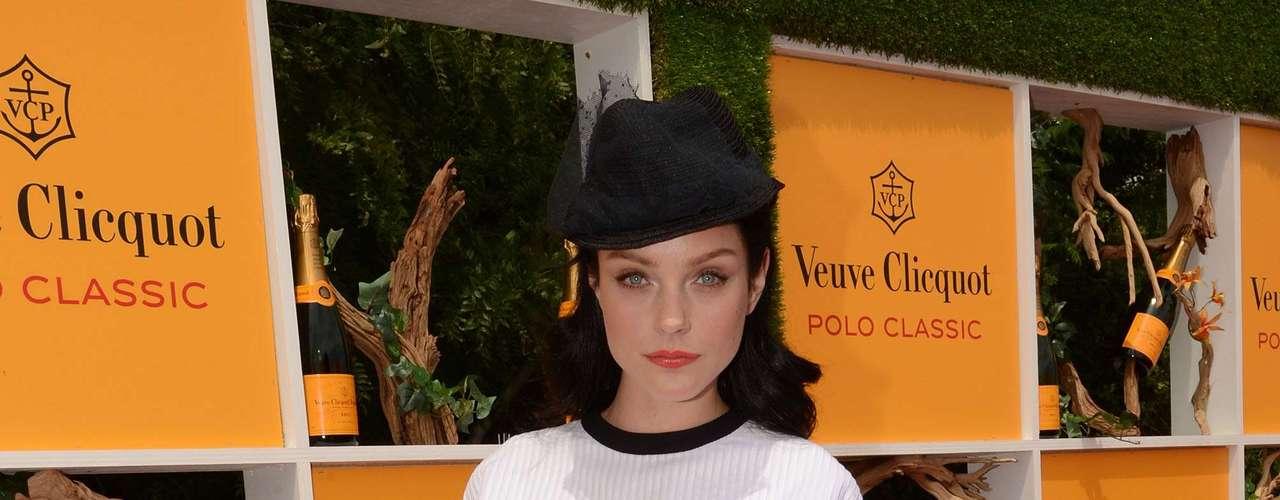 A modelo canadense Jessica Stam usa roupa e sapatos em tons preto e branco. Detalhe amarelo no salto quebra cartela sóbria