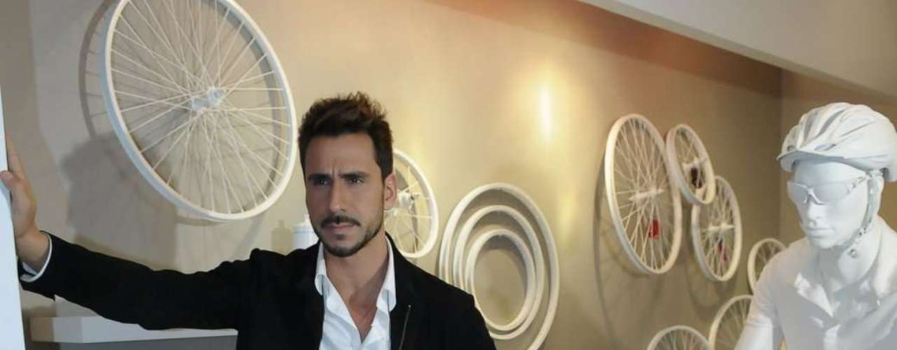 Julio Rocha posa após anuncio da marca