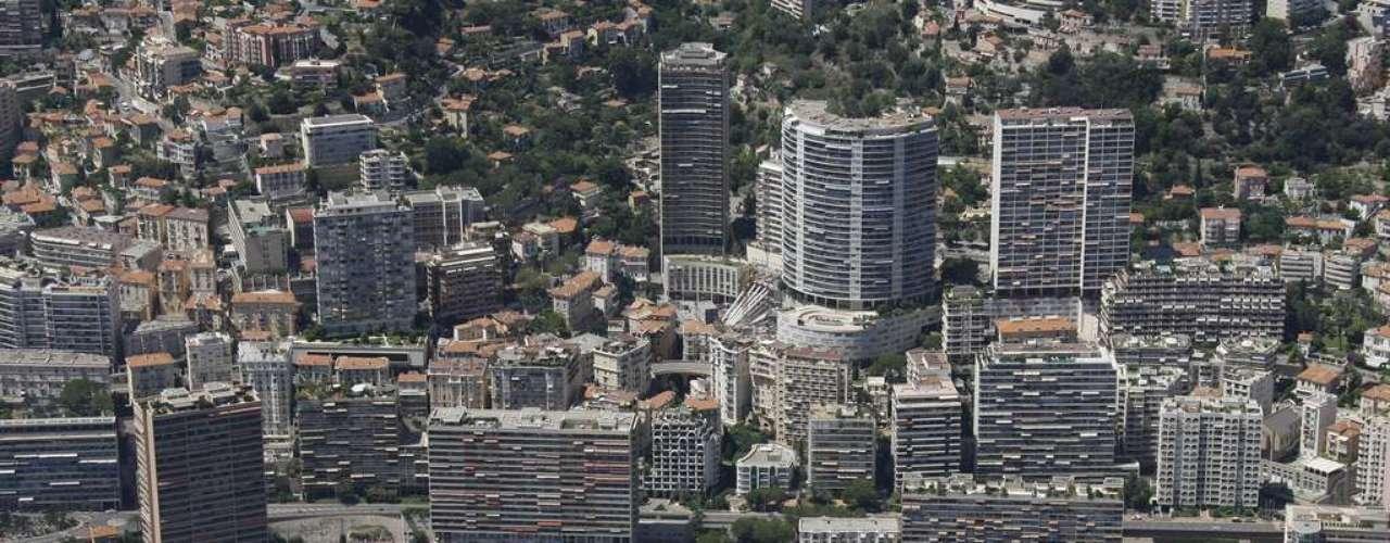 Mônaco: situado  no sul da França, o principado de Mônaco tem  2,02 km² de extensão e é um destino cheio de glamour da Côte dAzur. Carrões importados e iates dominam o panorama. Os visitantes encontram excelentes restaurantes e um cassino na Place du Casino, onde situa-se também o luxuoso Hotel de Paris