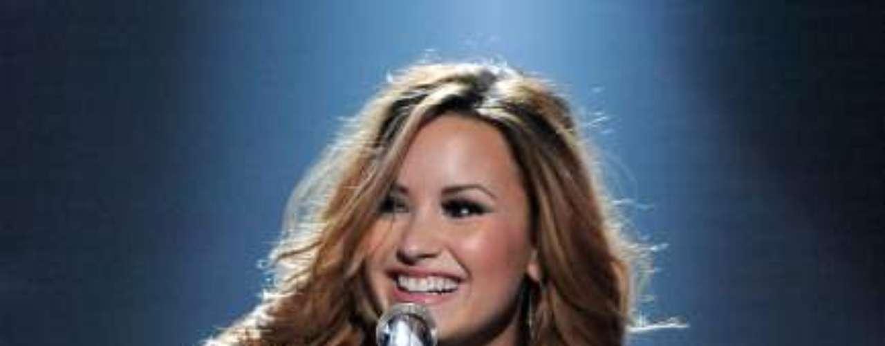 Nos lábios, Demi Lovato usa gloss Moisture Replenishing Lip Balm, da Clarins