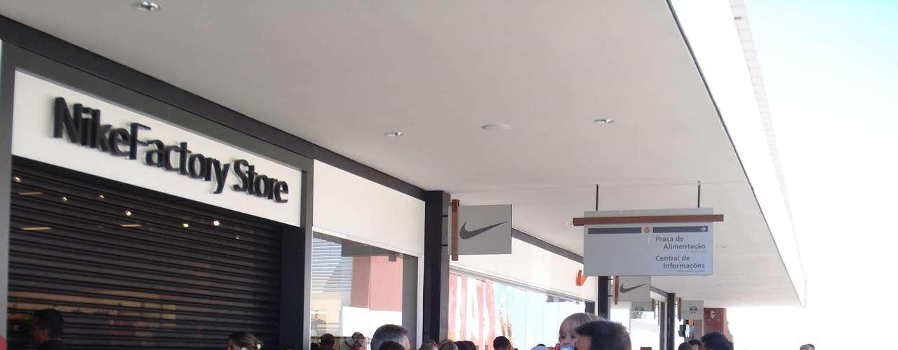 No dia da inauguração, algumas lojas tinham filas na porta. É o caso da Nike Factory, Lacoste e Aramis. Clientes chegavam a esperar 1h30 para entrar nos estabelecimentos. Segundo consumidores, os preços estavam, em média, 30% mais baratos que o preço normal cobrado no shopping