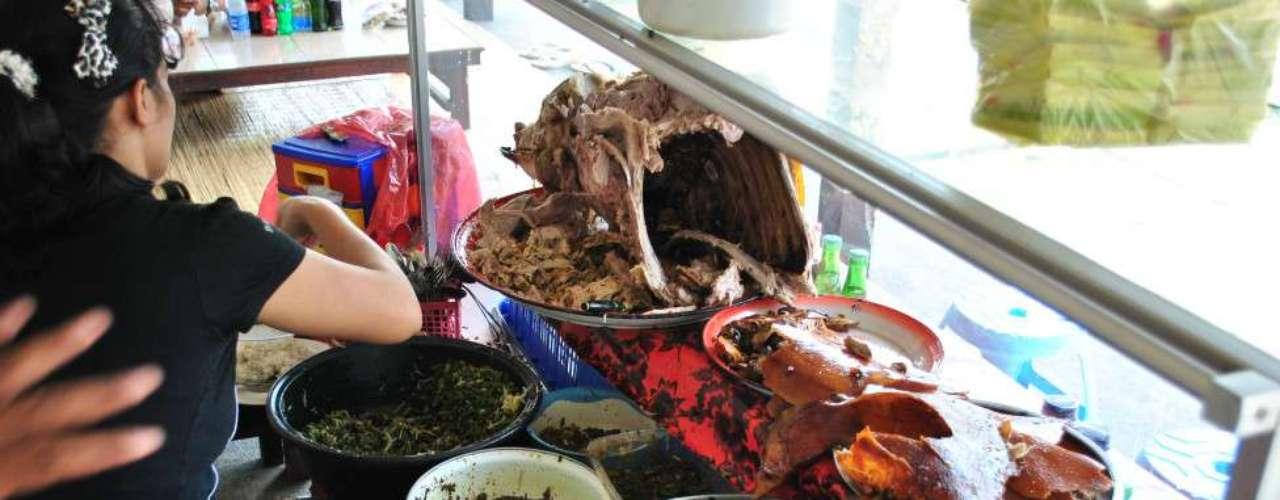 O leitor Gustavo Almada enviou foto de refeição com porco assado sendo preparada nas ruas de Bali, Indonésia