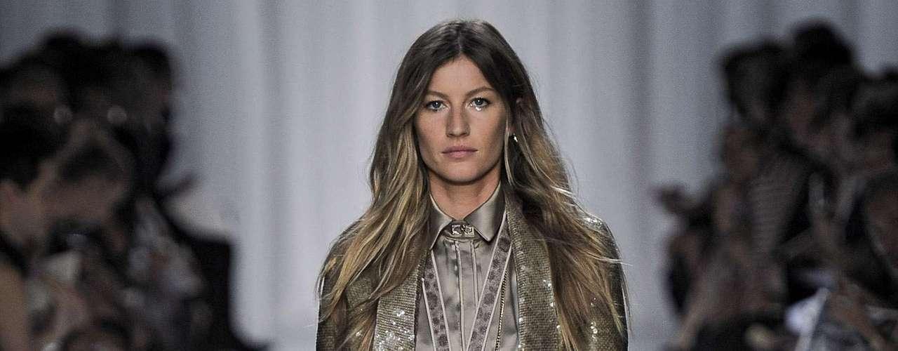 Gisele Bündchen foi destaque do desfile da Givenchy, coleção primavera-verão 2012, em Paris
