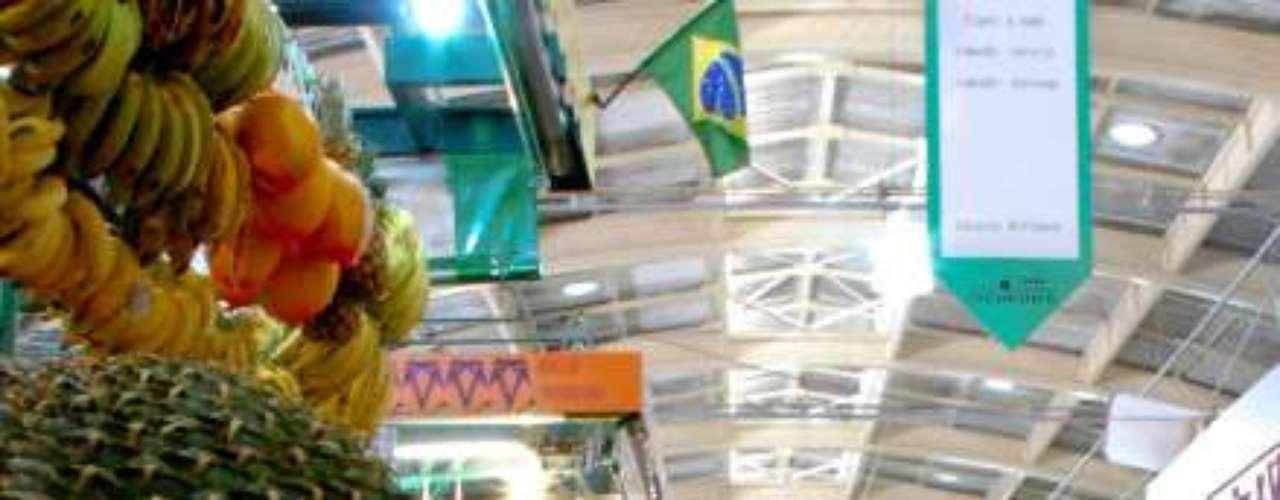 Esta foto, enviada pelo leitor Julio Hermann, mostra em primeiro plano pinhões à venda no mercado municipal de Curitiba