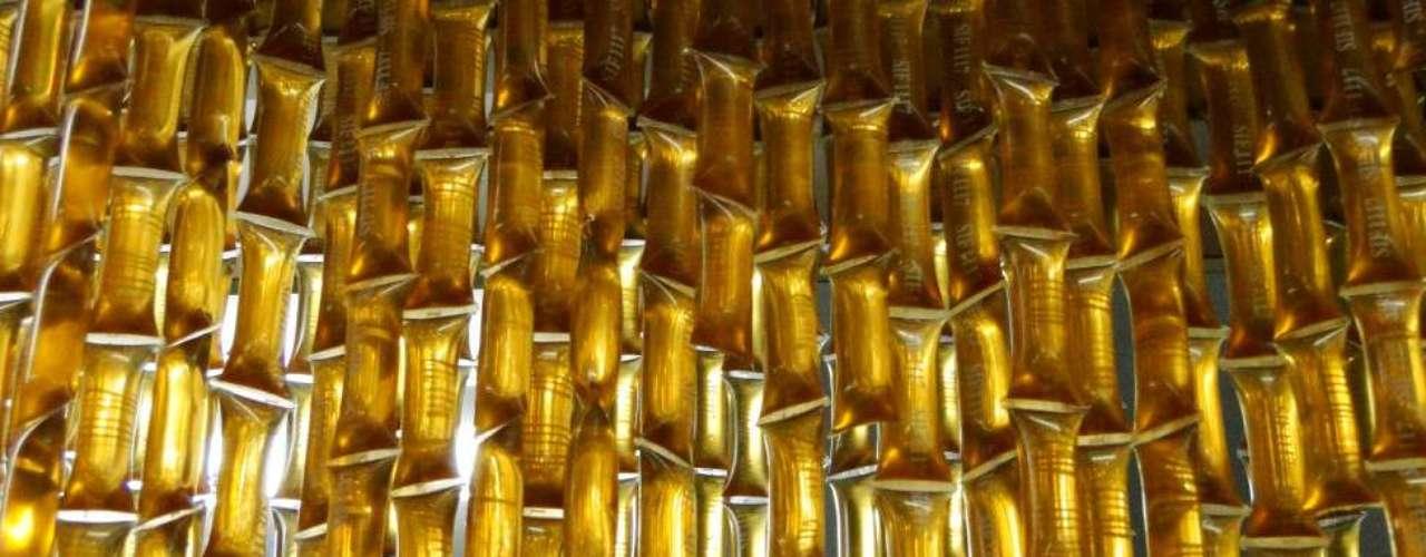 A luz acrescenta brilho e cor aos sacos plásticos com mel fotografados pela leitora Karine Caldeira