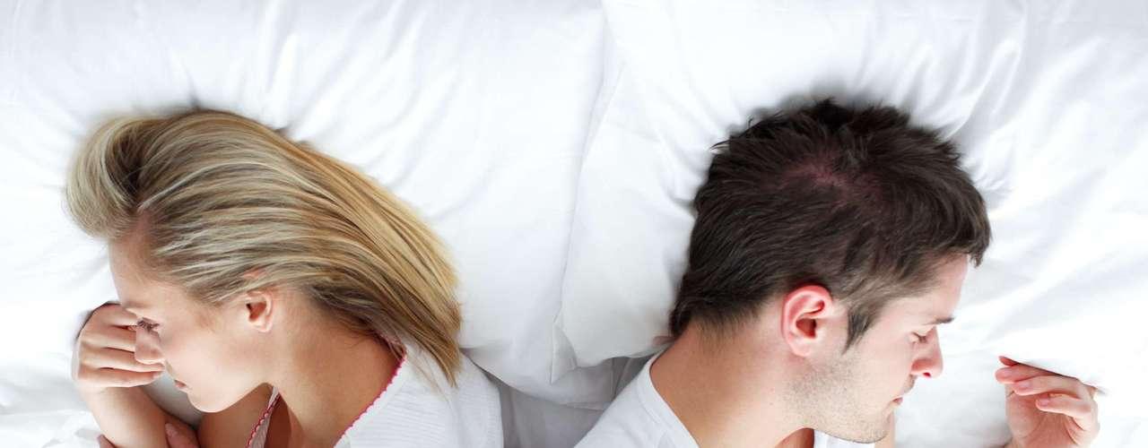 Invente uma doença: as mulheres sempre usam doenças falsas, como dor de cabeça ou no estômago, como desculpa para deixar de fazer sexo. Por que você não pode fazer o mesmo? Se preferir dormir, assistir futebol ou fazer qualquer outra coisa que não sexo, invente uma desculpa parecida ou boceje a cada dois minutos para que ela pare de investir. Se não for suficiente, vá ao banheiro e faça barulhos e gemidos como se estivesse com dor de barriga. Em pouco tempo, ela vai desistir, virar para o lado e dormir