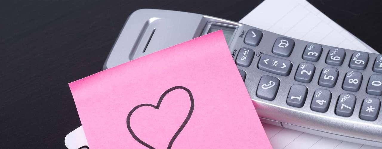 Mostre seu amor com pequenos gestos: deixe um bilhete de amor no travesseiro de seu parceiro ou dentro do livro que ele está lendo. Compre um presente especial. Ligue ou mande um e-mail dizendo que está pensando nele. Escreva uma lista das razões pelas quais o ama e sussurre cada uma em seu ouvido. Os pequenos gestos trazem grandes resultados