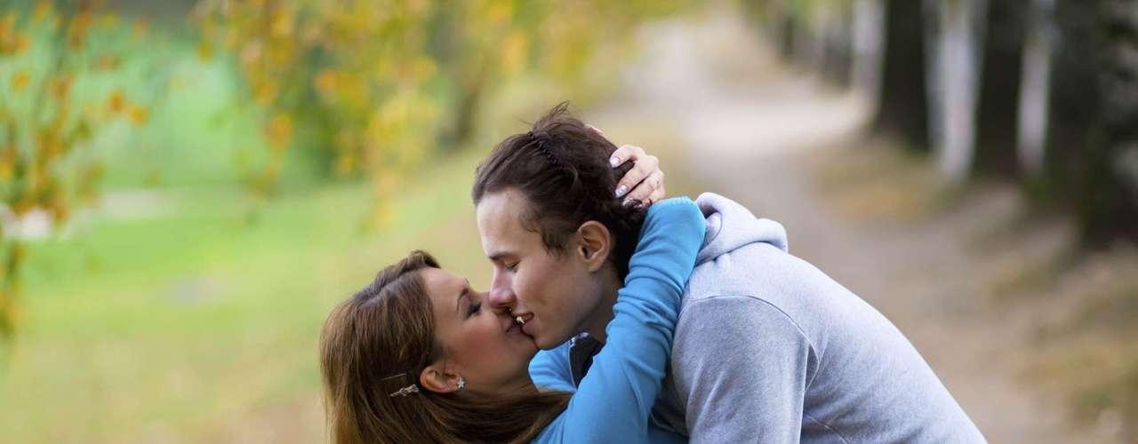 Toque e abrace muito: muitos casais deixam abraços e beijos somente para os momentos de desejo por sexo. Mas o toque é fundamental sempre. Se abracem, andem de mãos dadas, deem um beijo antes de ir ao trabalho. Afeto é uma maneira de fazer amor fora do quarto