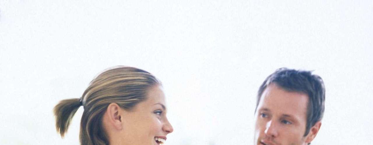 Converse de forma clara, honesta e com frequência: falar é uma das principais ferramentas para se conectar com o outro. Reserve pelo menos 30 minutos para o casal. Desligue o telefone, feche a porta, peça para as crianças não incomodarem e conversem abertamente. Falem do que precisam e do que sentem de maneira transparente, para que se conheçam cada vez mais