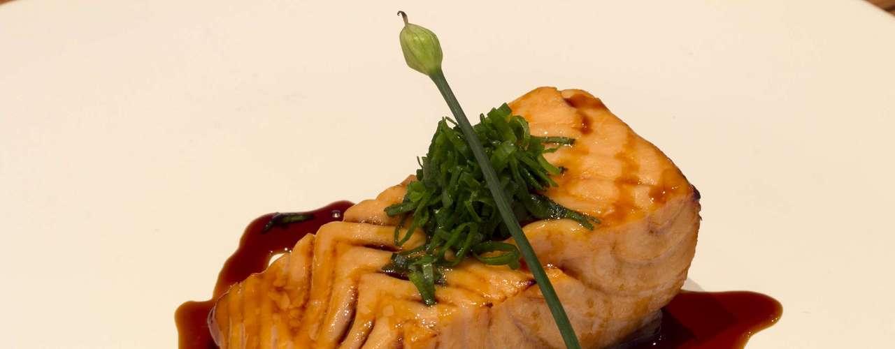 O quarto prato foi um Shake no Saikyoyaki (salmão marinado em missô e resíduo de sakê com molho teriyaki); o chef explica que o resíduo de saquê é o creme que a bebida solta durante a fermentação, muito utilizado em sua cidade natal, Hokkaido, no Japão. O vinho que acompanhou este prato foi o Pouylli Fuissé 2010 (Bouchard - Bourgogne - França)